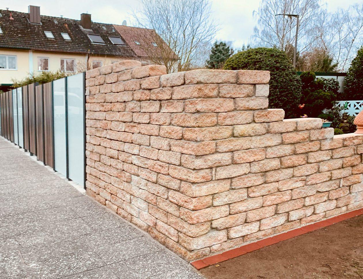 Greenkeepers Gartenbau -Mauer mit Glaselementen als Sichtschutz