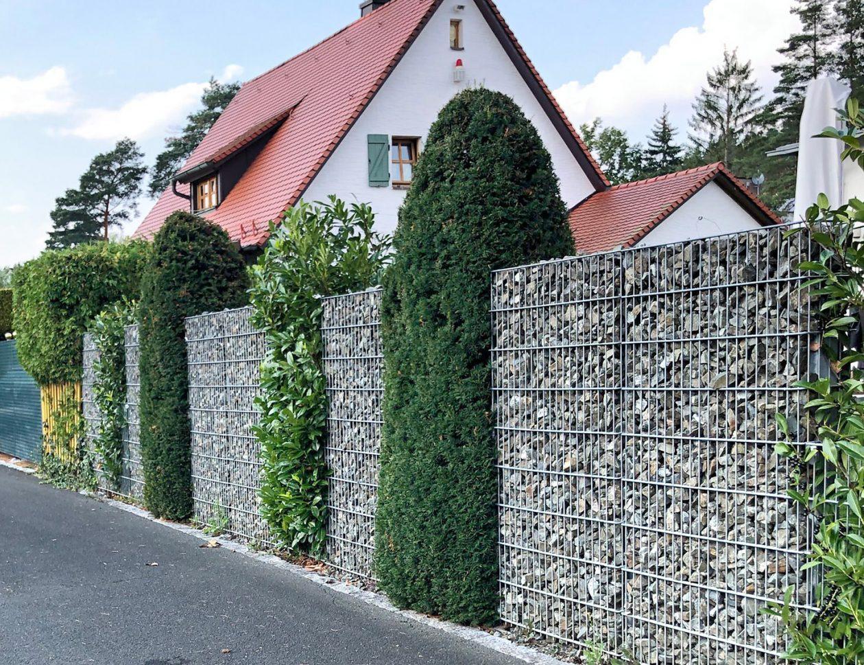 Greenkeepers Gartenbau - Mauer aus Gabionen und Pflanzen als attraktiver Sichtschutz eines Privatgartens