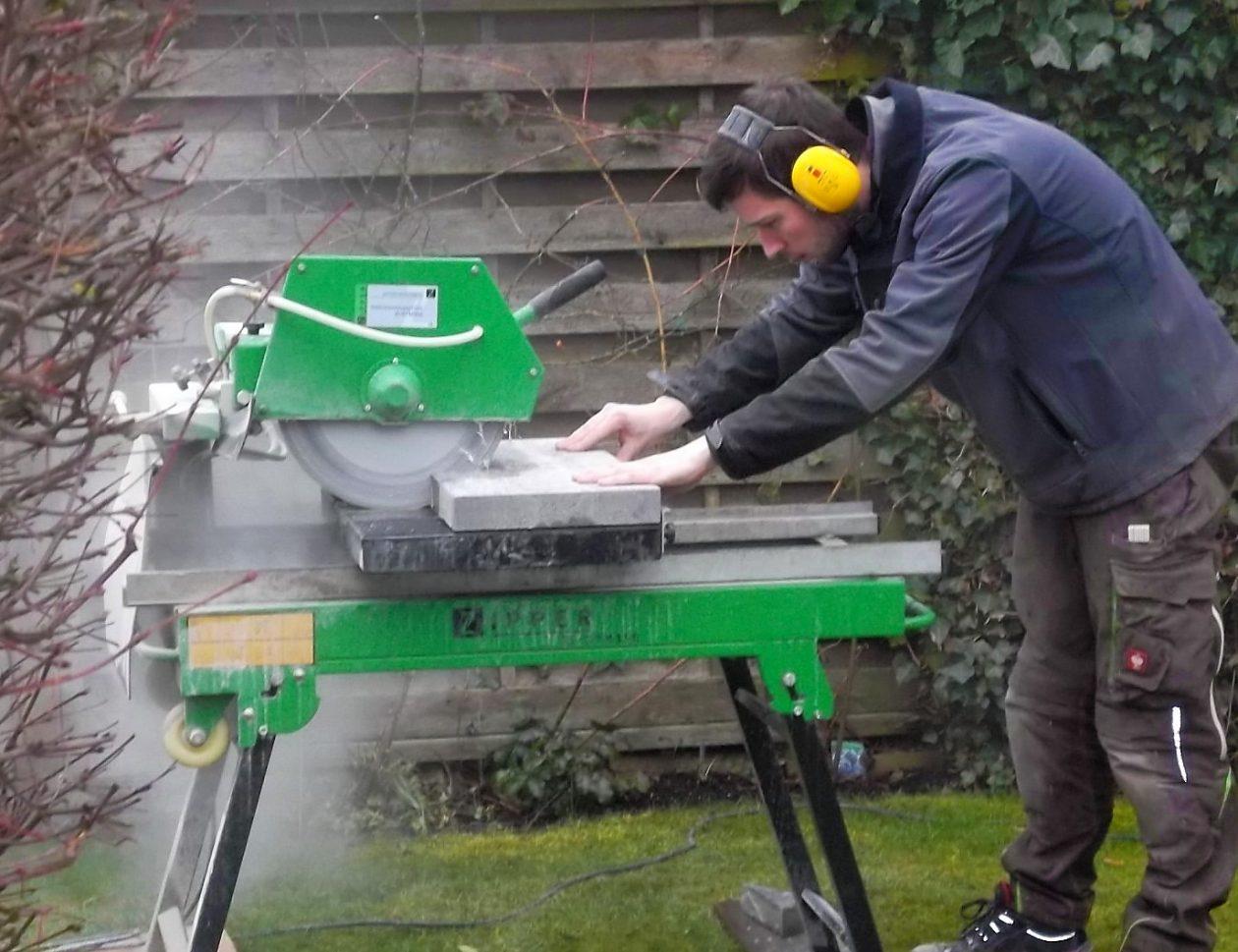 Greenkeepers Gartenbau - Passgenauer Zuschnitt von Steinplatten für Terrassenbau und Mauerbau